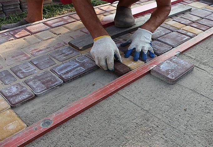 Ukladka-trotuarnoy-plitki-na-betoni