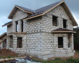Дом из газобетона — особенности, технология стройки, расчеты, проекты